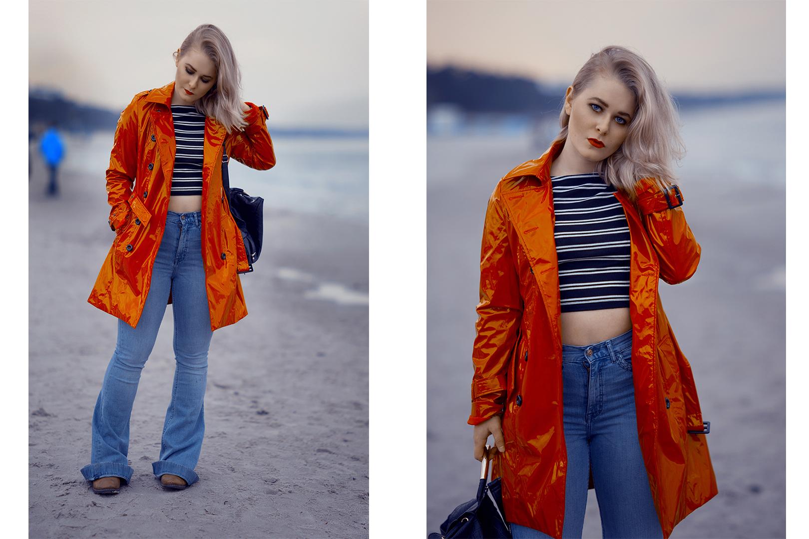 Roter Lackmantel kombiniert mit einer hellblauen Jeans und schwarzen Streifenshirt