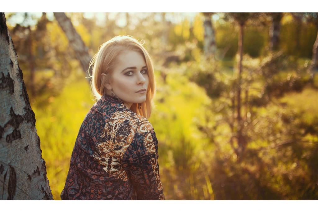 Verträumtes Portrait im Sommer mit Gegenlicht von Christina Key