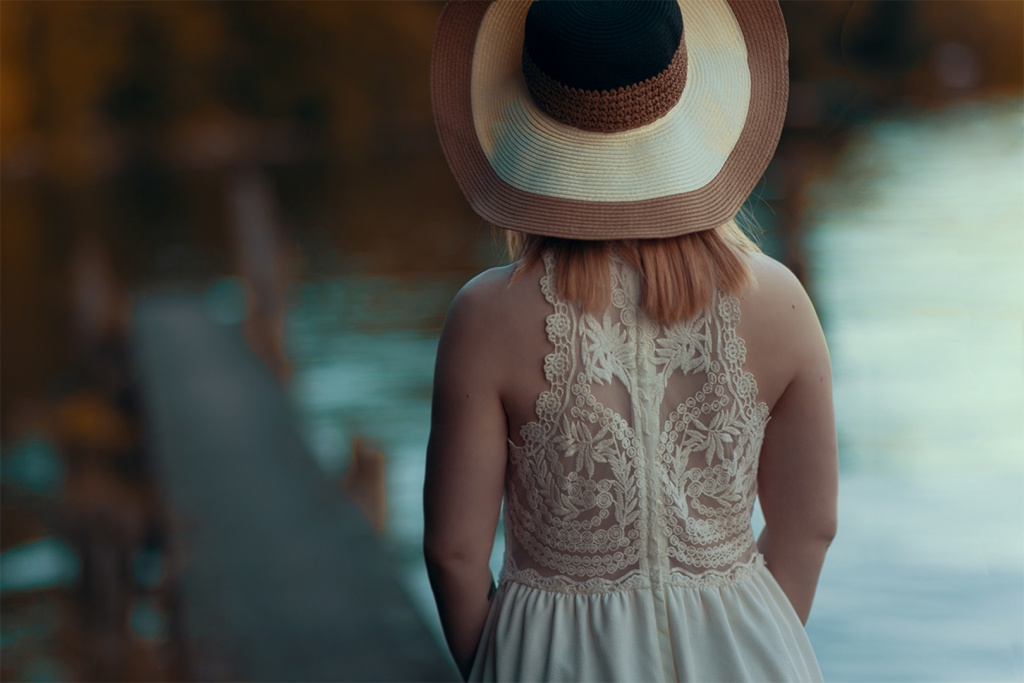 Romantisches Outfit Spitzenkleid Sommerhut Portrait