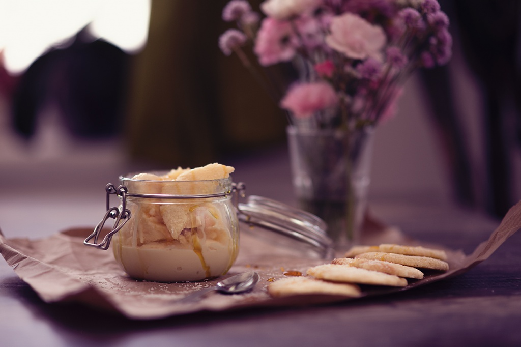 Kokosnuss Eis mit selbstgemachter Karamellsauce und Kokoskeksen