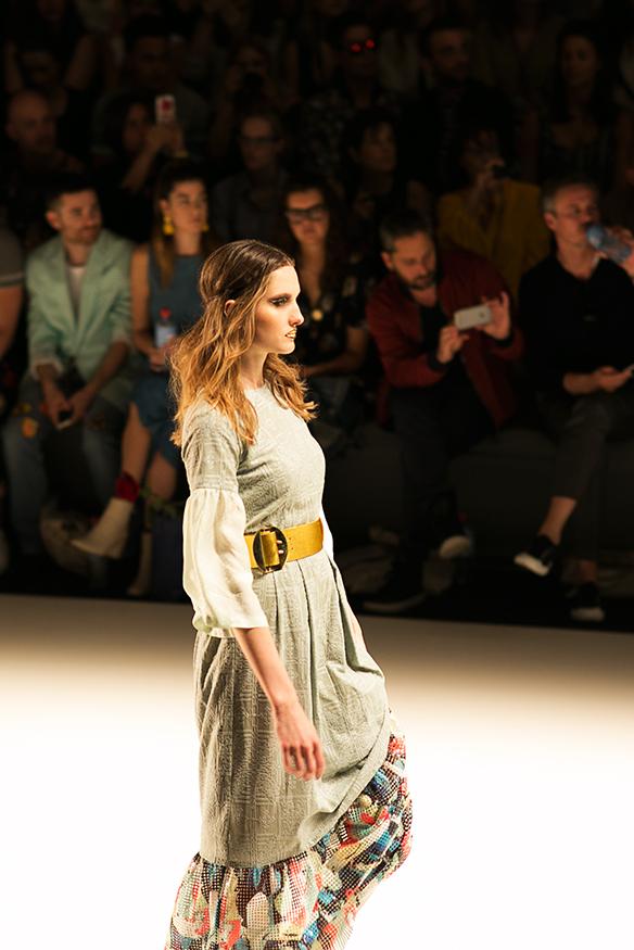 Kleid mit goldenem Gürtel Fashion Week