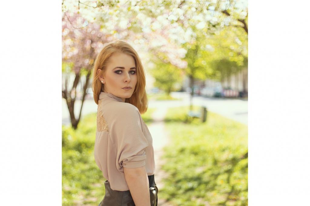 Portrait von Christina Key im Sommer bei Kirschblüten Bäumen
