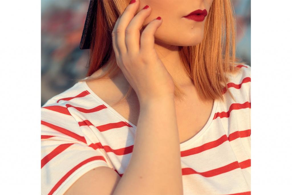 roter lippenstift rot weiß gestreifts t-shirt