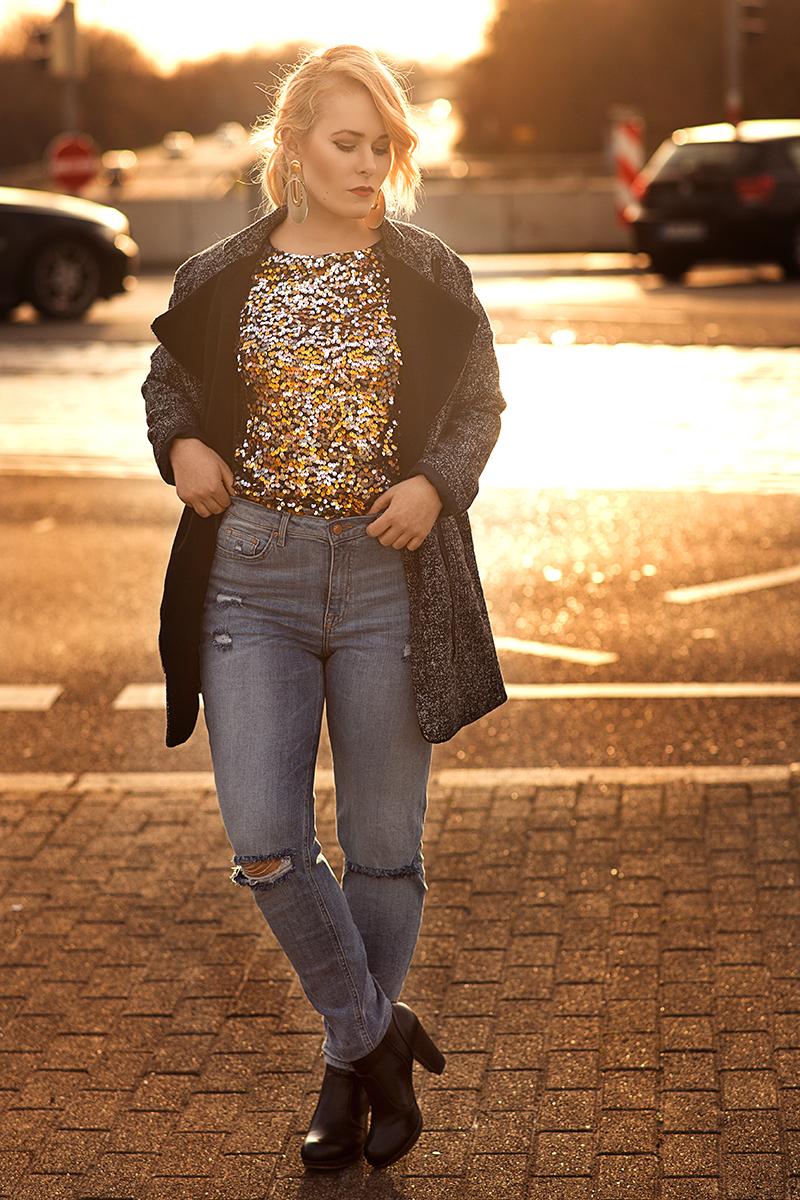 jeans-und-pailletten-shirt-outfit