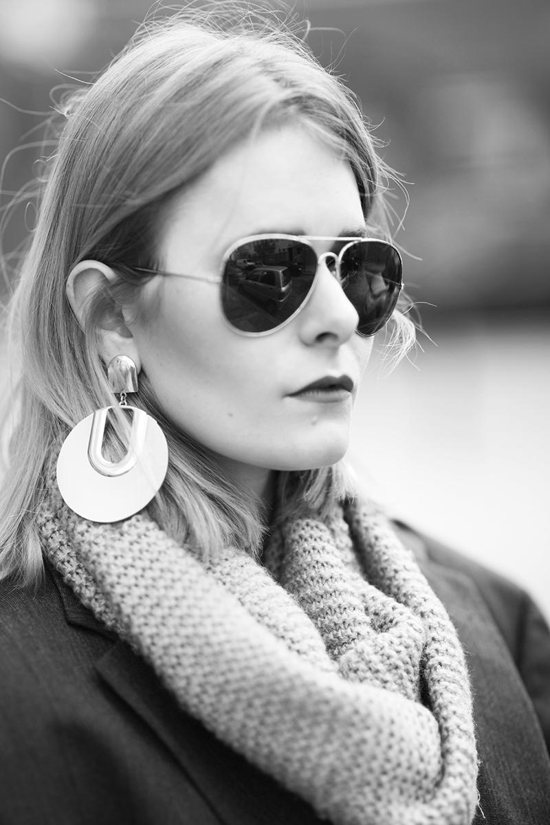 christina-key-traegt-pilotenbrille-und-xxl-ohrringe