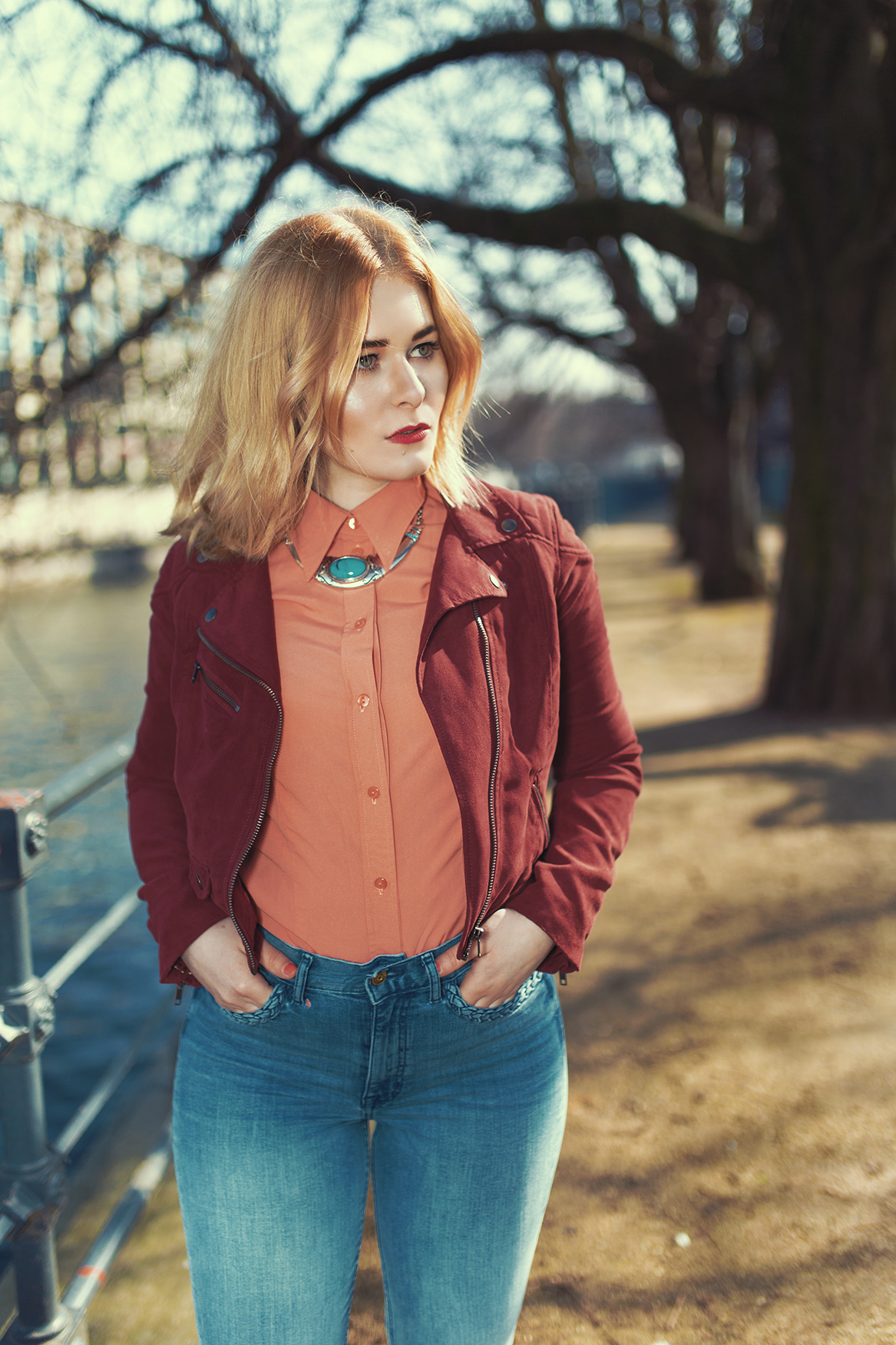 herbst-outfit-jeans-weinrote-kurzjacke