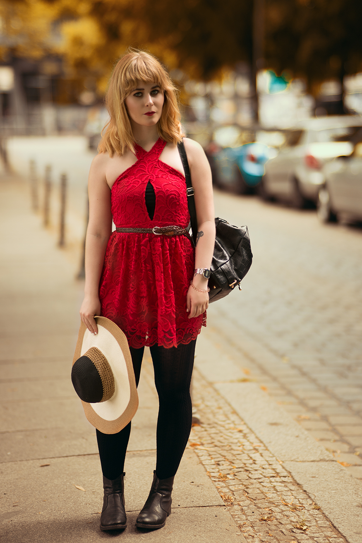 rotes-spitzenkleid-mit-schwarzer-leggings