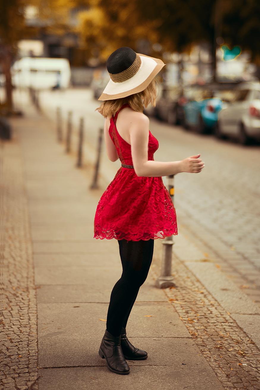 suesses-rotes-spitzenkleid-mit-derben-boots-kombiniert