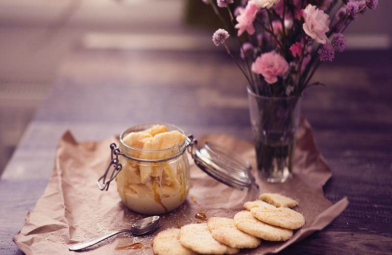 Selbstgemachtes Kokosnuss Eis mit Karamell Soße und Kokosplätzchen