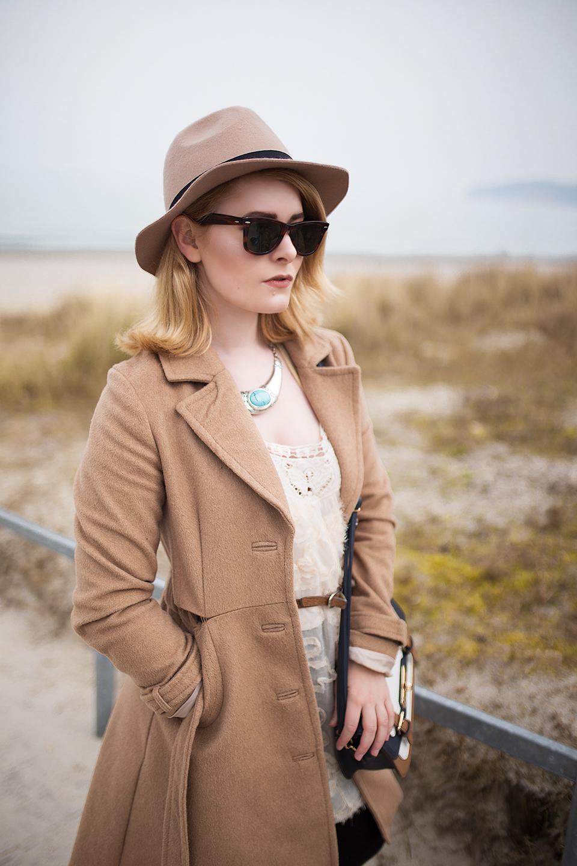 Beiger-Hut-Outfit-mit-Kleid