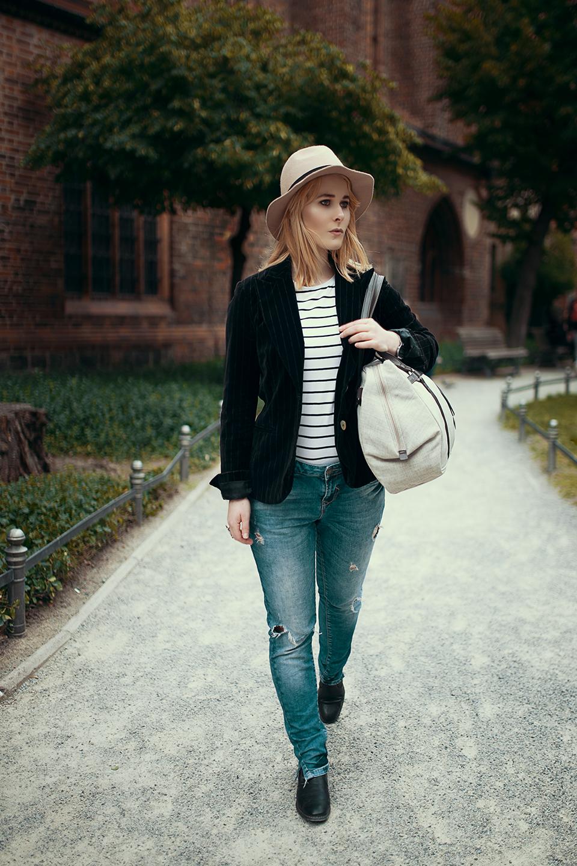Casual-Outfit-mit-Jeans-und-Tasche-von-LÄSSIG