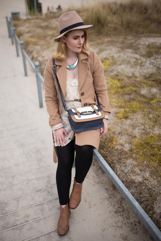 Herbstlook-mit-camel-farbenen-Mantel-mit-Knopfreihe-vorne