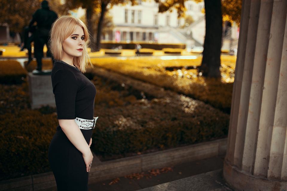 blonde-frau-im-kleid