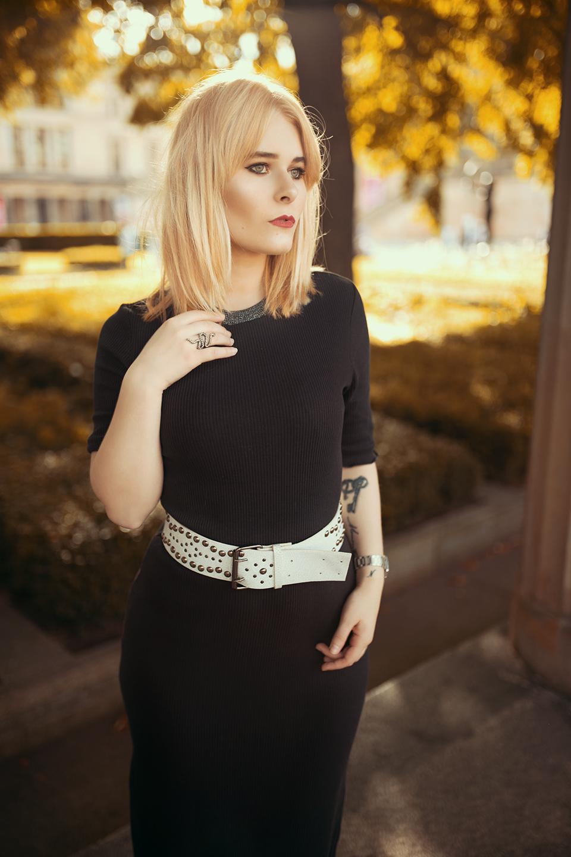 Outfit mit Kleid & Jeansjacke