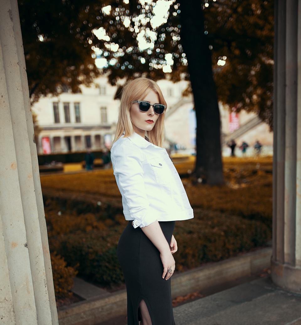 Schwarzes Kleid mit Jeansjacke kombiniert