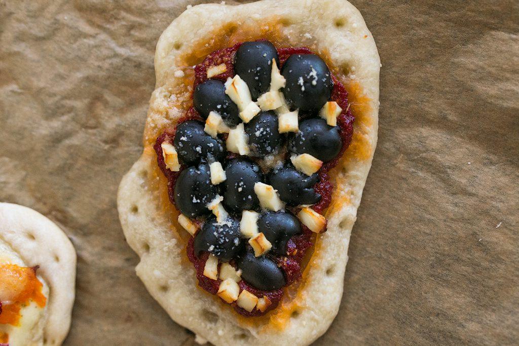 Pizza Variation mit Oliven und Feta