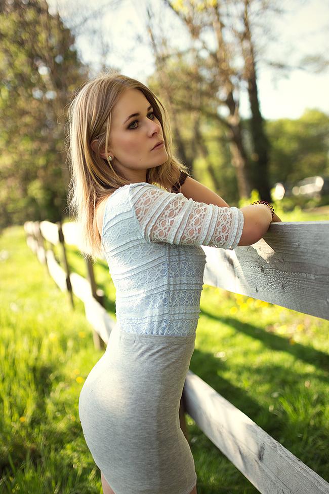 christina-key-traegt-ein-blaues-spitzen-top
