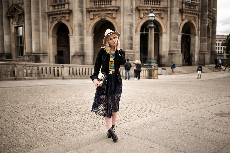 outfit-mit-spitzenrock-heels