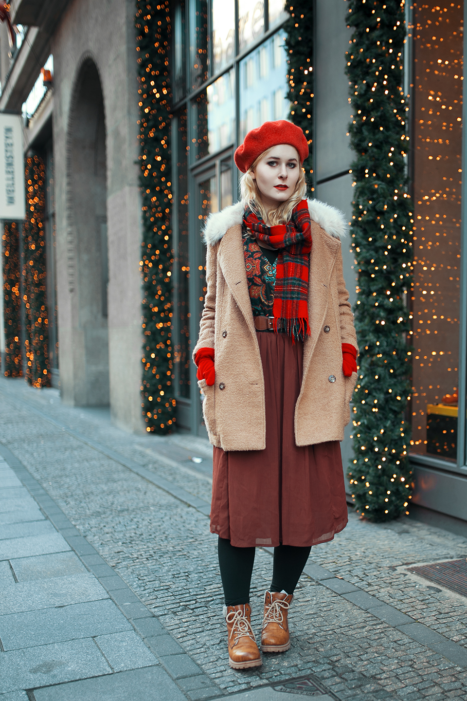 outfit-brauner-mantel-rote-baskenmuetze-s
