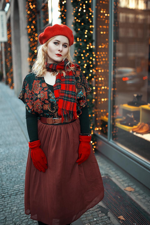 Rote Baskenmütze & brauner Rock
