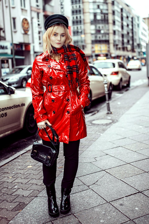 Roter Lackmantel & Lack Boots