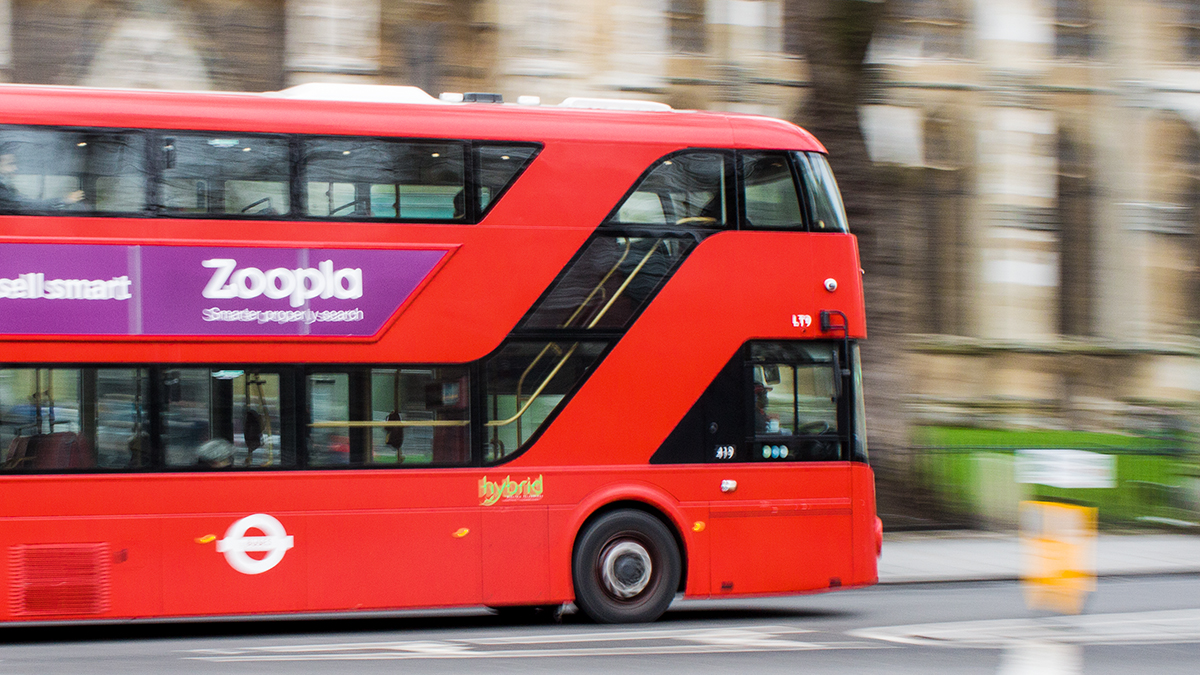 Fotografie Tipps Belichtungszeit Roter Fahrender Bus