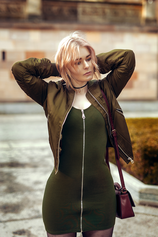 Khaki Kleid und Bomberjacke