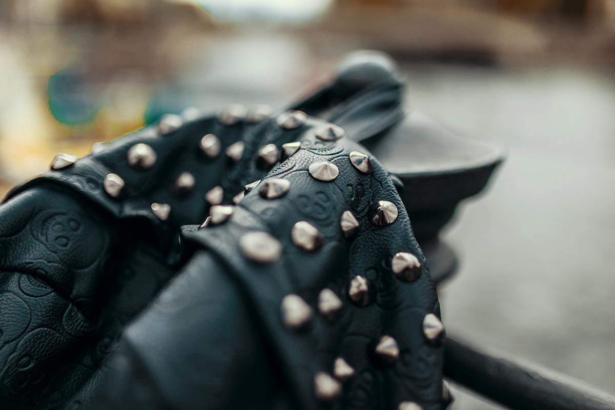 schwarzer rucksack mit nieten