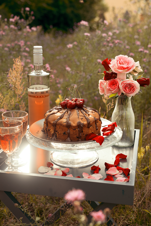 Bree Wine rose romantisches Picknick mit Kirschkuchen