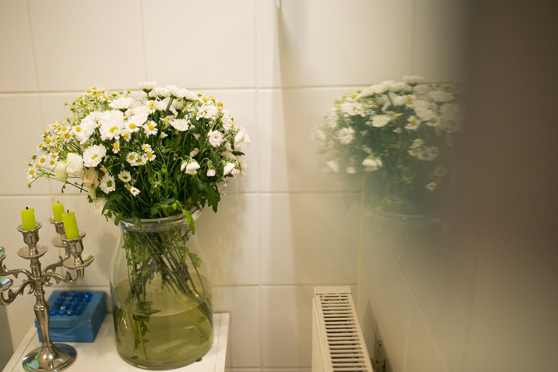 Frische Blumen im Badezimmer