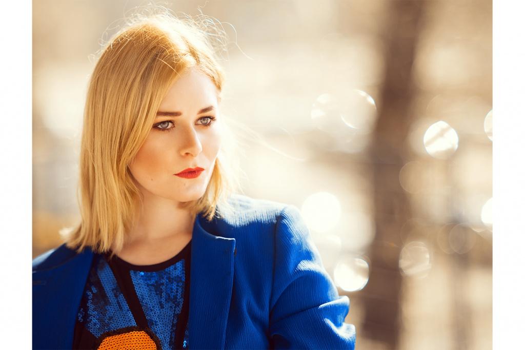 Portrait von Christina Key mit blonden Haaren und schönem Make Up