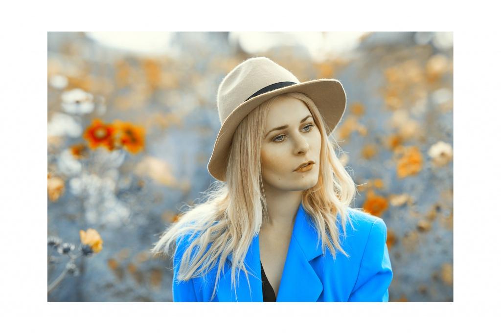 Blonde Haare und ein stylischer Hut trägt die Berliner Bloggerin Christina Key diesen Sommer