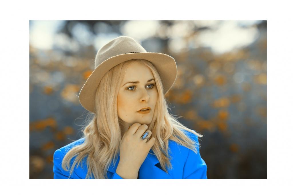 Christina Key Portrait mit einem Hut und Ring