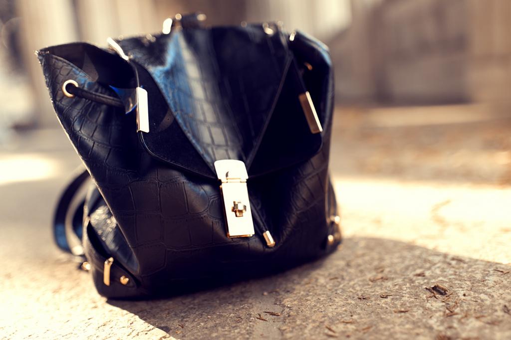Schwarzer Rucksack mit goldenen Details
