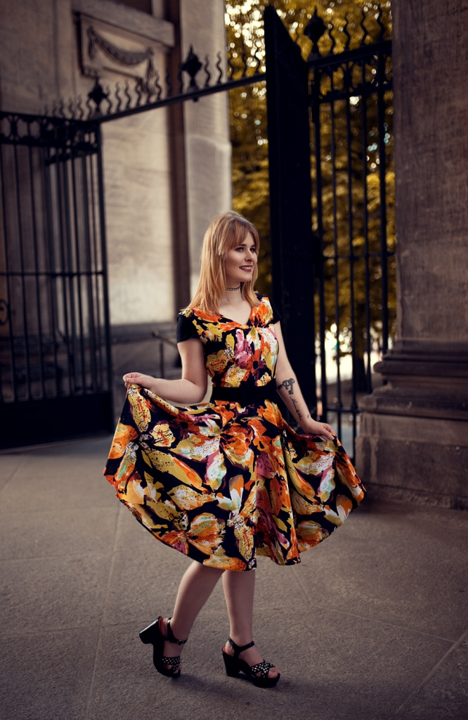 Tailliertes Kleid mit Blumen Print