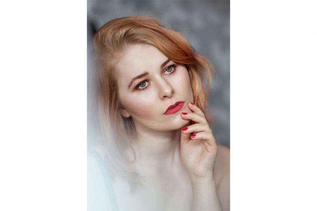 Make Up mit rotem Lippenstift und roten Nägeln