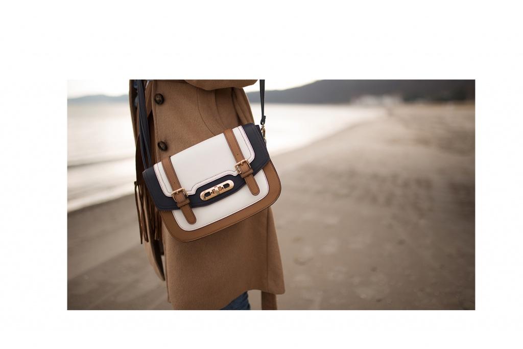 Schöne weiße Tasche mit braunen und blauen Details