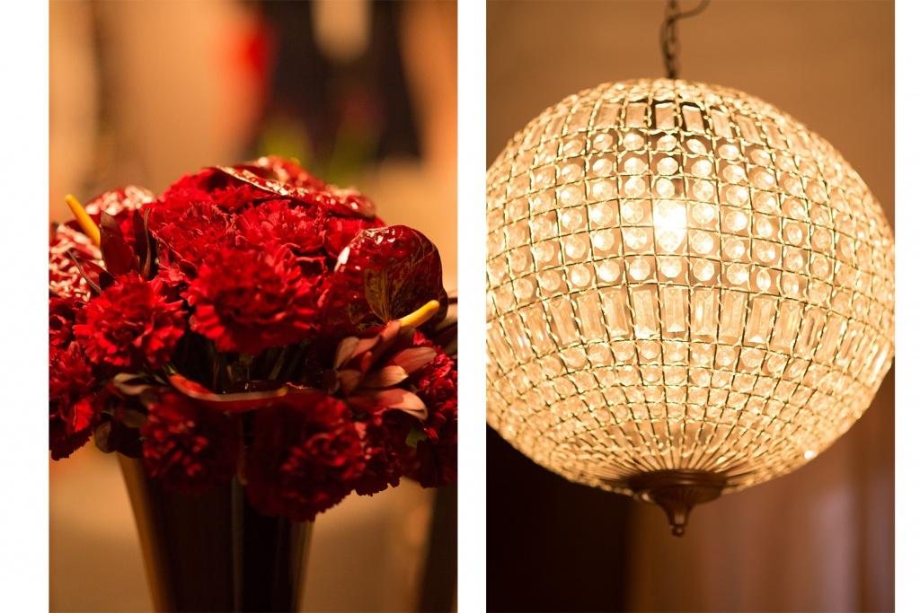 Rote Blumen und ein Kronleuchter des Showrooms von Zalando