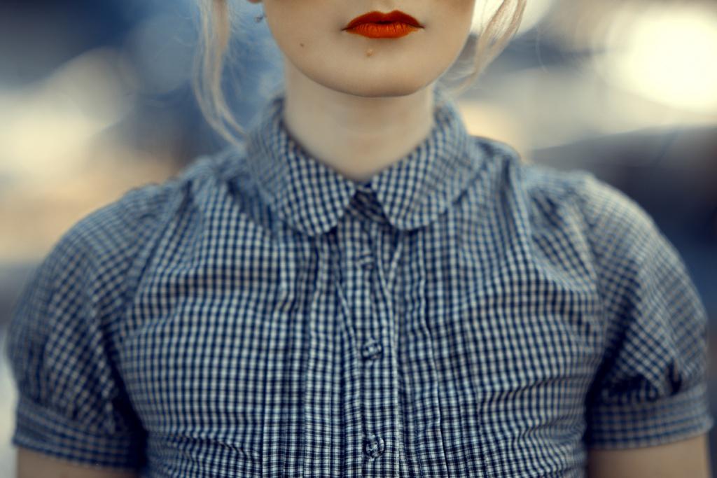 Bubikragen Shirt und roter Lippenstift