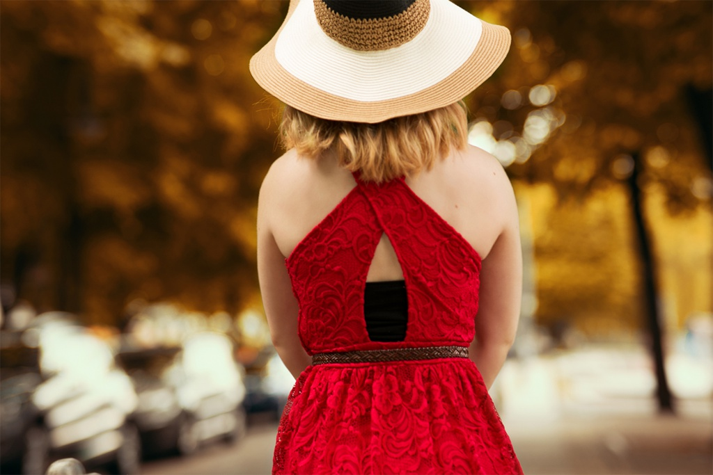 Rotes Spitzenkleid mit cut-outs