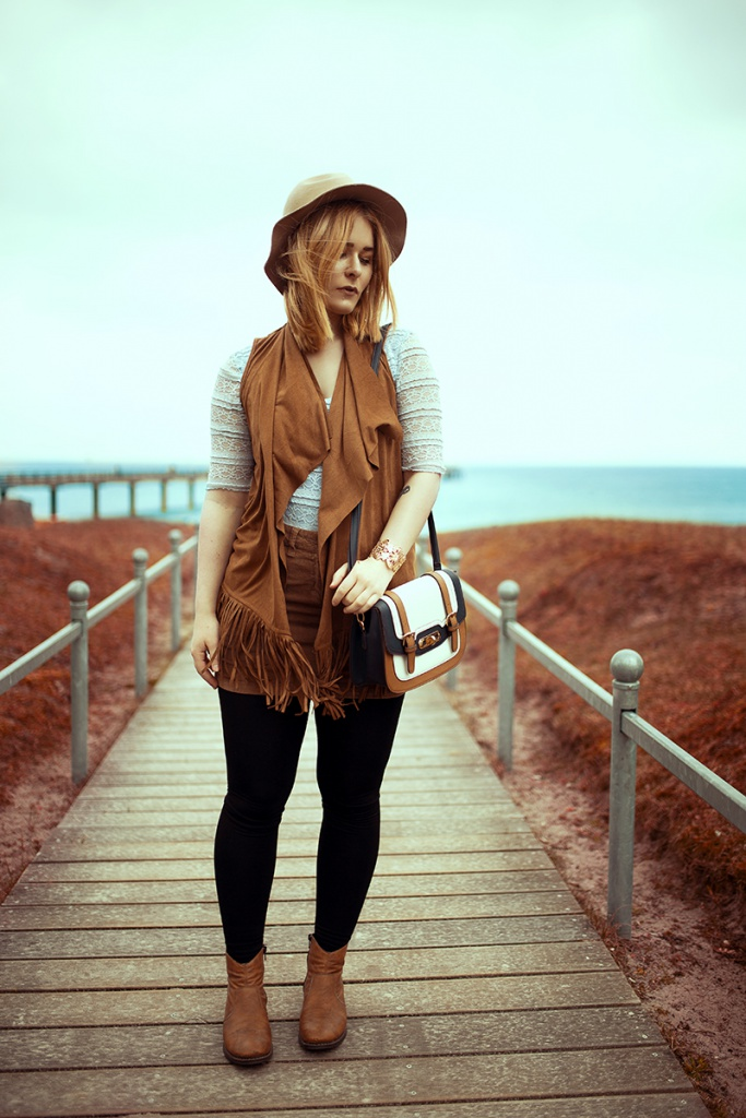 Fashion Bloggerin Christina Key trägt ein perfektes Herbst Outfit an der Ostsee