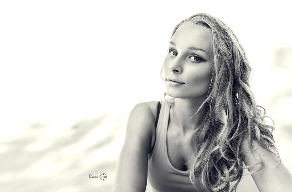 Blondes Model mit dramatischem Make Up und langen, blonden Locken