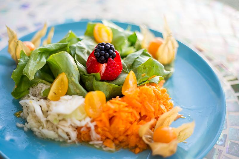 Bunter Salatteller mit Früchten