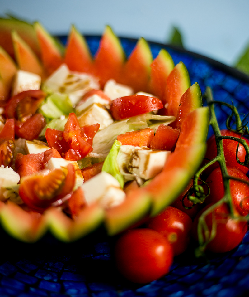 Sommer Salad mit Tomaten, Wassermelone, Feta und einem einfachen Dressing