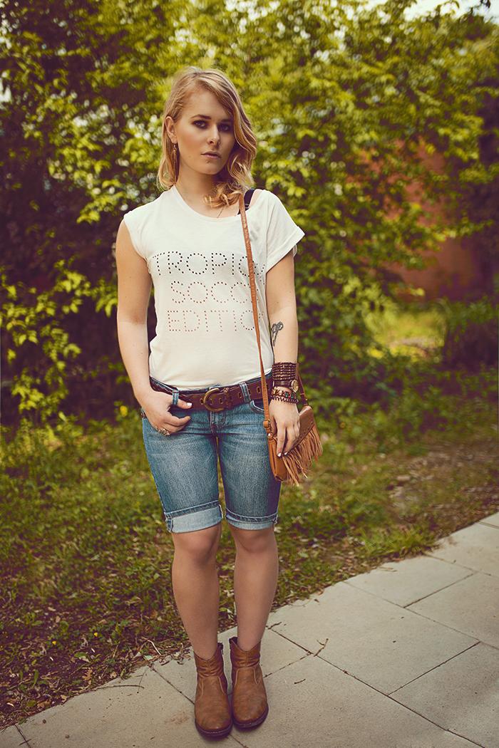 weißes top kombiniert zur Jeans Shorts Ledergürtel und Bomberjacke