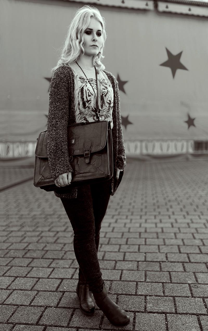 gemusterte-hose-mit-cardigan-outfit