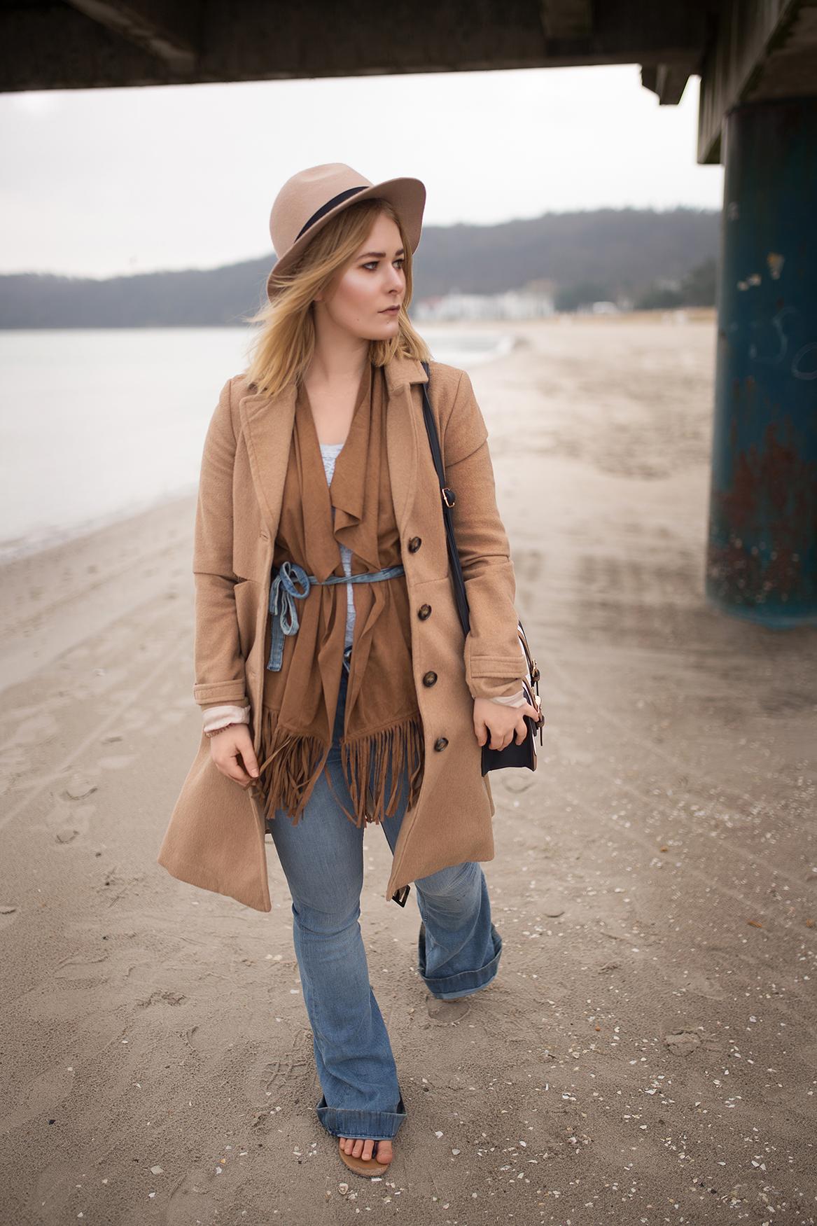 brauner-mantel-mit-hut-und-jeans