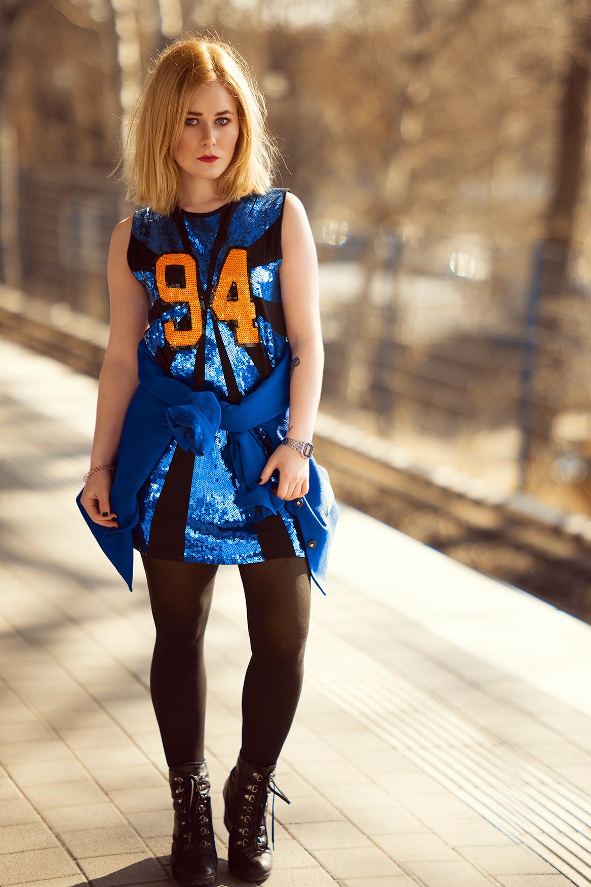 cooles-outfit-im-90er-look-mit-glitzer-kleid