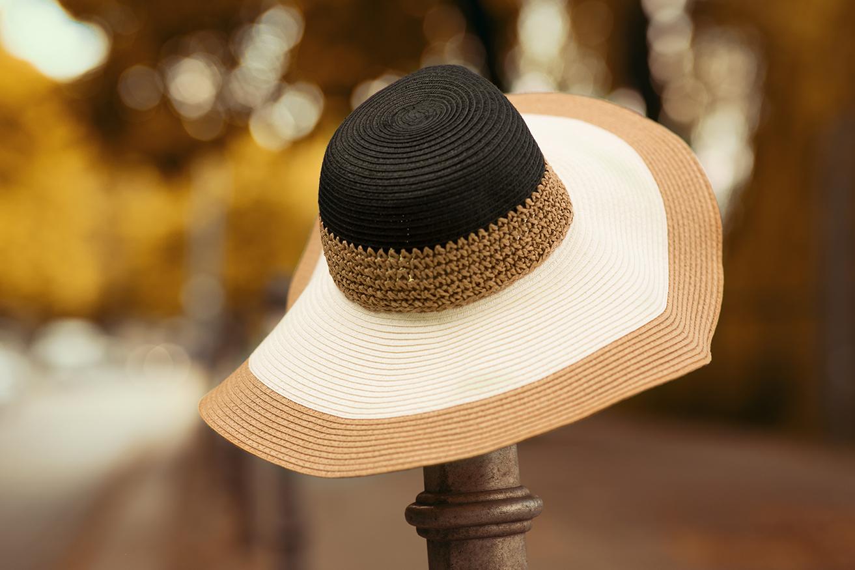 gestreifter-sommerhut-schwarz-weiss-braun