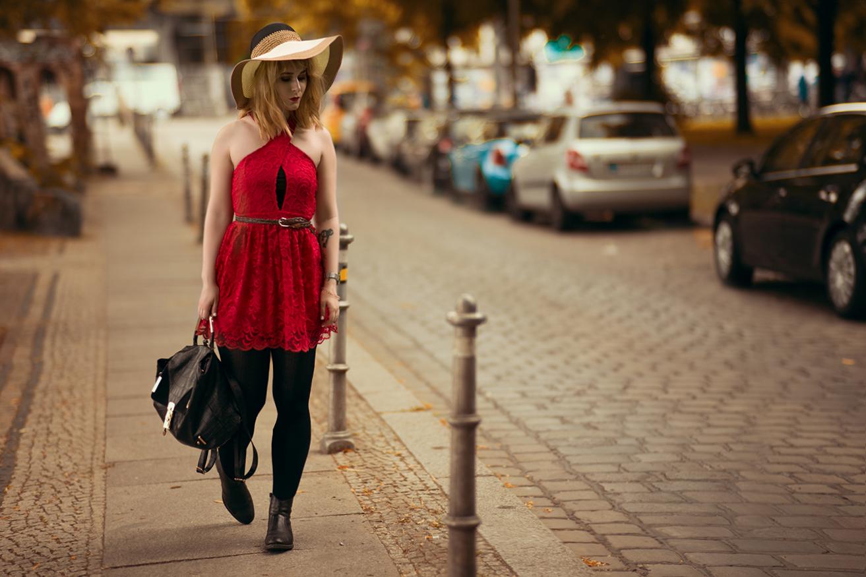 outfit-mit-spitzenkleid-und-hut